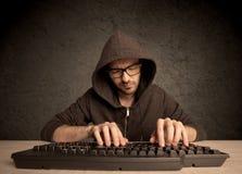 Υπολογιστής geek που δακτυλογραφεί στο πληκτρολόγιο Στοκ εικόνες με δικαίωμα ελεύθερης χρήσης