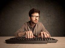 Υπολογιστής geek που δακτυλογραφεί στο πληκτρολόγιο Στοκ Εικόνες