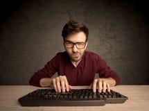 Υπολογιστής geek που δακτυλογραφεί στο πληκτρολόγιο Στοκ φωτογραφία με δικαίωμα ελεύθερης χρήσης