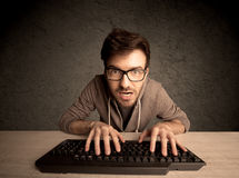 Υπολογιστής geek που δακτυλογραφεί στο πληκτρολόγιο Στοκ φωτογραφίες με δικαίωμα ελεύθερης χρήσης