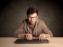 Υπολογιστής geek που δακτυλογραφεί στο πληκτρολόγιο Στοκ εικόνα με δικαίωμα ελεύθερης χρήσης