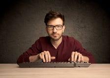 Υπολογιστής geek που δακτυλογραφεί στο πληκτρολόγιο Στοκ Φωτογραφίες