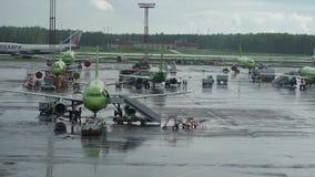 Υποδομή αερολιμένων Ο βροχερός καιρός, διάφορα αεροπλάνα είναι απόθεμα βίντεο