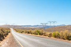 Υποδομή ηλεκτρικής ενέργειας και ο δρόμος μεταξύ Ceres και Touws στοκ εικόνα με δικαίωμα ελεύθερης χρήσης