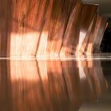 Υποδοχή και τοίχος ξενοδοχείων που γίνονται στο ξύλο στοκ φωτογραφία