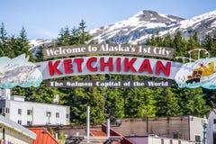 Υποδοχή της Αλάσκας Ketchikan στο κεφάλαιο σολομών του παγκόσμιου σημαδιού στοκ εικόνες