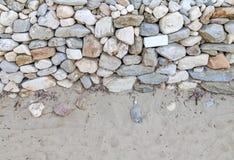 Υπόβαθρο άμμου με τις πέτρες για το καλοκαίρι στενό Στοκ Εικόνες