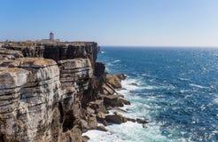 Υπόβαθρο άποψης βράχου με το φάρο του ακρωτηρίου Carvoeiro, Peniche, υπόβαθρο βράχων της Πορτογαλίας/θάλασσας/μαύροι βράχοι Στοκ εικόνες με δικαίωμα ελεύθερης χρήσης
