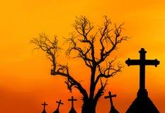 Υπόβαθρο έννοιας αποκριών με το νεκρό δέντρο τρομακτικών σκιαγραφιών και τους απόκοσμους σταυρούς σκιαγραφιών Στοκ φωτογραφίες με δικαίωμα ελεύθερης χρήσης