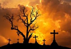 Υπόβαθρο έννοιας αποκριών με το νεκρό δέντρο τρομακτικών σκιαγραφιών και τους απόκοσμους σταυρούς σκιαγραφιών Στοκ φωτογραφία με δικαίωμα ελεύθερης χρήσης