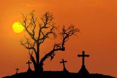 Υπόβαθρο έννοιας αποκριών με το νεκρό δέντρο τρομακτικών σκιαγραφιών και απόκοσμοι σταυροί σκιαγραφιών με τη πανσέληνο Στοκ Φωτογραφίες