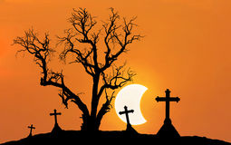 Υπόβαθρο έννοιας αποκριών με το νεκρό δέντρο τρομακτικών σκιαγραφιών και απόκοσμοι σταυροί σκιαγραφιών με το μισό φεγγάρι Στοκ Εικόνες