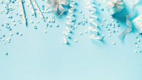 Υπόβαθρο έννοιας γενεθλίων και κομμάτων με τη διακόσμηση στο μπλε