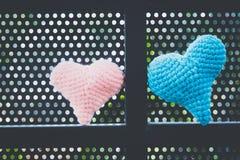 Υπόβαθρο αγάπης, χειροποίητες καρδιές που γίνονται από το μαλλί Στοκ εικόνες με δικαίωμα ελεύθερης χρήσης
