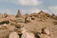 Υπόβαθρο ακτών με τον πύργο πετρών στοκ φωτογραφίες