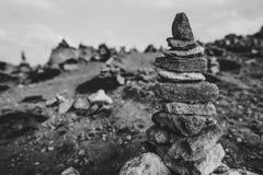 Υπόβαθρο ακτών με τον πύργο πετρών στοκ εικόνες