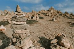 Υπόβαθρο ακτών με τον πύργο πετρών στοκ φωτογραφία