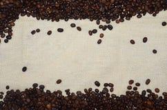 Υπόβαθρο από οργανικό arabica καφέ στα φασόλια με το άσπρο διάστημα για το κείμενο Στοκ Φωτογραφίες