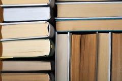 Υπόβαθρο από τα παλαιά και χρησιμοποιημένα βιβλία βιβλίων με σκληρό εξώφυλλο r στοκ φωτογραφίες με δικαίωμα ελεύθερης χρήσης