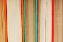 Υπόβαθρο από τα πολύχρωμα βιβλία Στοκ φωτογραφία με δικαίωμα ελεύθερης χρήσης