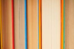 Υπόβαθρο από τα πολύχρωμα βιβλία Στοκ Φωτογραφίες
