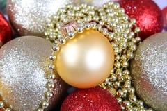 Υπόβαθρο από τις πολύχρωμες σφαίρες Χριστουγέννων, χρυσή σφαίρα κινηματογραφήσεων σε πρώτο πλάνο Στοκ φωτογραφία με δικαίωμα ελεύθερης χρήσης