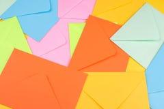 Υπόβαθρο από τους πολύχρωμους φακέλους αποστολής Ταχυδρομείο ή έννοια παράδοσης στοκ φωτογραφία