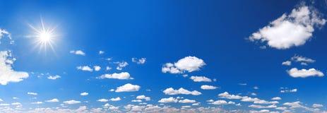 Υπόβαθρο από το μπλε ουρανό με τα άσπρα σύννεφα Στοκ εικόνες με δικαίωμα ελεύθερης χρήσης