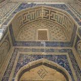 Υπόβαθρο από το σχέδιο arabesque μέσα στο θόλο ενός μουσουλμανικού τεμένους στην αρχαία Μπουχάρα, Ουζμπεκιστάν Στοκ Φωτογραφίες