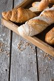 Υπόβαθρο αρτοποιείων ψωμιού Γαλλικές baguettes και croissants σύνθεση Στοκ εικόνα με δικαίωμα ελεύθερης χρήσης