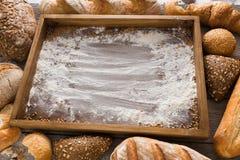 Υπόβαθρο αρτοποιείων ψωμιού Καφετιές και άσπρες φραντζόλες σιταριού σίτου comp Στοκ Εικόνα