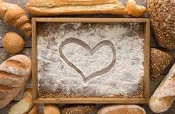 Υπόβαθρο αρτοποιείων ψωμιού Ξύλινος δίσκος με τη τοπ άποψη αλευριού Στοκ Εικόνα