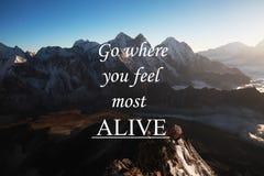 Υπόβαθρο βουνών με το εμπνευσμένο απόσπασμα - πηγαίνετε όπου αισθάνεστε πιό ζωντανοί στοκ εικόνες με δικαίωμα ελεύθερης χρήσης