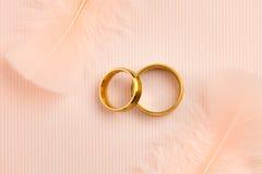 Υπόβαθρο γαμήλιων χρυσό δαχτυλιδιών πολυτέλειας στοκ εικόνες με δικαίωμα ελεύθερης χρήσης