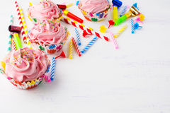 Υπόβαθρο γενεθλίων με τα ρόδινα cupcakes Στοκ φωτογραφία με δικαίωμα ελεύθερης χρήσης