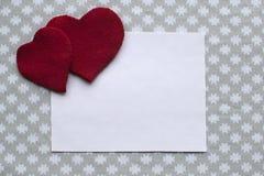 Υπόβαθρο για τα συγχαρητήρια την ημέρα βαλεντίνων με τις κόκκινες καρδιές Στοκ Φωτογραφία