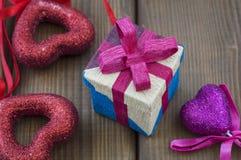Υπόβαθρο για την ημέρα του βαλεντίνου, το περικάλυμμα δώρων και τις καρδιές στοκ φωτογραφία με δικαίωμα ελεύθερης χρήσης