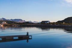 Υπόβαθρο γιόγκας και περισυλλογής, σκιαγραφία της άσκησης ατόμων στην αποβάθρα Στοκ φωτογραφία με δικαίωμα ελεύθερης χρήσης