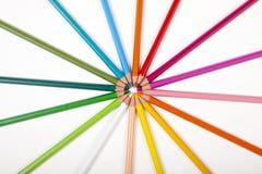Υπόβαθρο γραφείων, πολυ χρωματισμένα μολύβια σε έναν κύκλο Στοκ Εικόνες