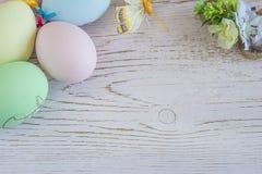 Υπόβαθρο διακοπών Πάσχας με χρωματισμένα τα κρητιδογραφία αυγά στοκ φωτογραφία με δικαίωμα ελεύθερης χρήσης