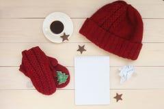 Υπόβαθρο διακοσμήσεων Χριστουγέννων με το κόκκινο χειροποίητο πλεκτό καπέλο, γάντια, κομψό έλατο παιχνιδιών, φλιτζάνι του καφέ, ξ στοκ φωτογραφίες με δικαίωμα ελεύθερης χρήσης