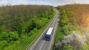Υπόβαθρο διοικητικών μεριμνών μεταφορών με το φορτηγό στη intercity εθνική οδό στοκ εικόνες
