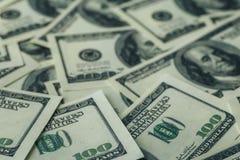 Υπόβαθρο δολαρίων, εκατό λογαριασμοί τραπεζογραμματίων ΑΜΕΡΙΚΑΝΙΚΩΝ δολαρίων, πολλά αμερικανικά χρήματα μετρητών, εκλεκτική εστία Στοκ φωτογραφία με δικαίωμα ελεύθερης χρήσης