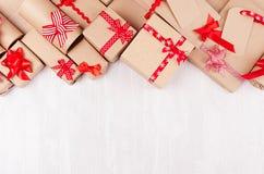 Υπόβαθρο δώρων για τη διαφήμιση σχεδίου - το σύνολο εγγράφου τεχνών παρουσιάζει με τα κόκκινα τόξα, κενή ετικέτα στο λευκό ξύλινο στοκ φωτογραφία με δικαίωμα ελεύθερης χρήσης