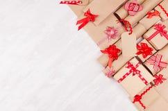 Υπόβαθρο δώρων για τη διαφήμιση σχεδίου - το σύνολο εγγράφου τεχνών παρουσιάζει με τα κόκκινα τόξα, κενή ετικέτα στο λευκό ξύλινο στοκ εικόνα