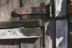 Υπόβαθρο ενός παλαιού βρόχου σε μια εκλεκτής ποιότητας ξύλινη πόρτα στοκ φωτογραφίες με δικαίωμα ελεύθερης χρήσης