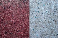 Υπόβαθρο ενός συμπαγούς τοίχου και ενός πολύχρωμου αμμοχάλικου με μια σύσταση δύο κάθετων μερών - λευκό και κόκκινο Οριζόντιο πλα Στοκ φωτογραφία με δικαίωμα ελεύθερης χρήσης