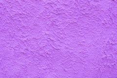 Υπόβαθρο ενός τραχιού τοίχου ενός πορφυρού χρώματος Στοκ Φωτογραφίες