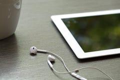 Υπόβαθρο ενός ipad και earbuds Στοκ εικόνες με δικαίωμα ελεύθερης χρήσης