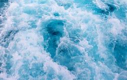 Υπόβαθρο επιφάνειας θαλάσσιου νερού Ίχνος σκαφών νερού Τροπικό ταξίδι πορθμείων νησιών Στοκ φωτογραφία με δικαίωμα ελεύθερης χρήσης